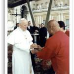 Jan Paweł II błogosławi znicz Biegu Pokoju