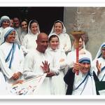 Matka Teresa ze zniczem Biegu Pokoju